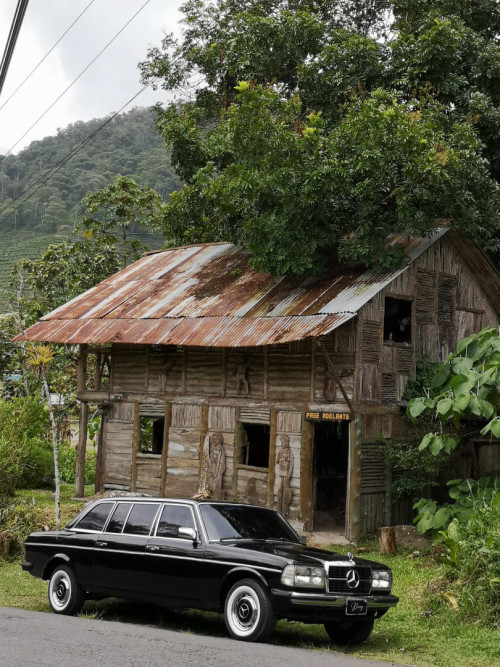 COSTA RICA WOOD HOUSE. MERCEDES 300D LIMOUSINE SERVICE